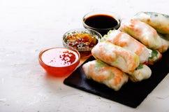 Въетнамские блинчики с начинкой - рисовая бумага, салат, салат, вермишель, лапши, креветки, соус рыб, сладостный chili, соя, лимо стоковое фото rf