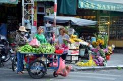 Въетнамские плодоовощ и еда продажи людей Стоковое фото RF