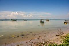 Въетнамские рыбацкие лодки в спокойном лазурном море пляжем Стоковая Фотография RF
