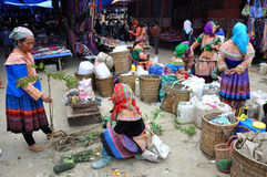 Въетнамские люди нося традиционный костюм в рынке Bac Ha, Стоковые Фото