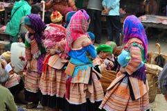 Въетнамские люди нося традиционный костюм в рынке Bac Ha, Стоковая Фотография