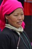Въетнамские люди нося традиционный костюм в рынке Bac Ha, Стоковая Фотография RF