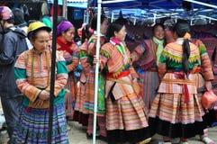 Въетнамские люди нося традиционный костюм в рынке Bac Ha, Стоковое Изображение RF