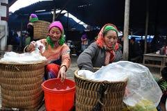Въетнамские люди нося традиционный костюм в рынке Bac Ha, Стоковое Изображение