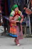 Въетнамские люди нося традиционный костюм в рынке Bac Ha, Стоковые Изображения
