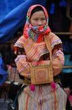 Въетнамские люди нося традиционный костюм в рынке Bac Ha, Стоковое фото RF