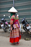 Въетнамские люди нося традиционный костюм в рынке Bac Ha, Стоковые Фотографии RF