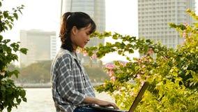 Въетнамский азиатский студент девушки используя компьтер-книжку в центре города Стоковые Фотографии RF