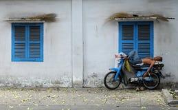 Въетнамский водитель такси мотоцилк спать на мотоцикле Стоковое Изображение RF