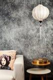 Въетнамский или китайский белый фонарик, над предпосылкой винтажного grunge конкретной с софой и въетнамским винтажным портретом  стоковые фотографии rf