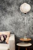 Въетнамский или китайский белый фонарик, над предпосылкой винтажного grunge конкретной с софой и въетнамским винтажным портретом  стоковые изображения rf