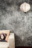 Въетнамский или китайский белый фонарик, над предпосылкой винтажного grunge конкретной с софой и въетнамским винтажным портретом  стоковая фотография rf