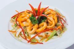 Въетнамский салат кальмара кольца на белой плите в ресторане Стоковая Фотография RF