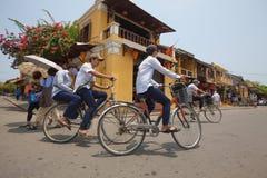 Въетнамский человек с велосипедом Стоковое Фото