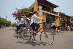 Въетнамский человек с велосипедом Стоковое Изображение