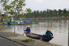 2 въетнамских дамы ждать на шлюпке в Вьетнаме. Стоковая Фотография