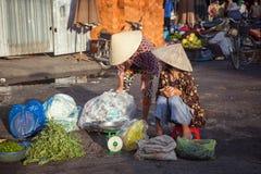 2 въетнамских женщины на рынке, Вьетнаме Стоковая Фотография