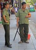 2 въетнамских полицейския наблюдают что случается Стоковые Фотографии RF