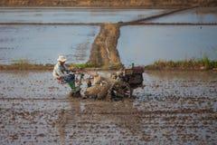 Въетнамское farme едет трактор на 26 из декабря 2013 стоковое фото rf