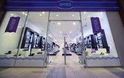 выберите большой магазин ботинка покупкы людей к Стоковые Изображения