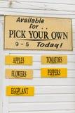 Выберите ваши собственные овощи подпишите на ферме Стоковая Фотография RF