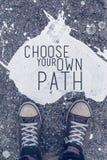 Выберите вашу собственную цитату пути мотивационную на городском backgro асфальта стоковое фото rf