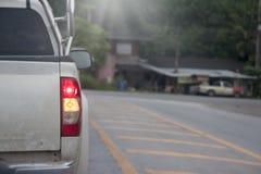 Выберите вверх автомобиль на проломе на дороге стоковая фотография