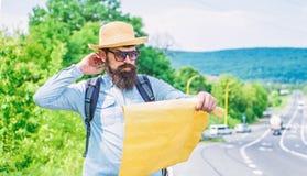 Выберите вверх местную карту Туристские взгляды backpacker на карте выбирая назначение перемещения на дороге вокруг мира Считайте стоковая фотография rf