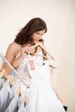 выберите женщину покупкы сбывания способа одежд счастливую стоковые изображения rf
