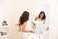 выберите женщину покупкы сбывания способа одежд счастливую стоковое фото