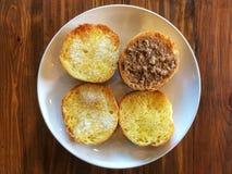 Выберите и выбор, здравица покрытая с арахисовым маслом и сахар в белом блюде стоковые изображения rf
