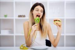 Выберите между высококалорийной вредной пищей против здорового питания стоковые фото