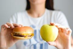 Выберите между высококалорийной вредной пищей против здорового питания Стоковое Изображение RF