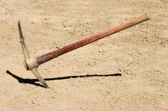 Выберите ось вверганную в землю грязи стоковая фотография