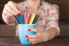 Выберите один карандаш от много различного другого стоковые изображения