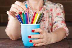 Выберите один карандаш от много различного другого стоковая фотография rf