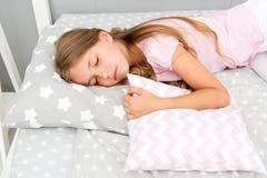 Выберите правильную подушку для того чтобы ослабить хорошо Здоровые подсказки сна Девушка спит на меньшей предпосылке постельных  стоковая фотография