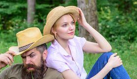 Выберите правильные одежду и оборудование к походу и пикнику леса Туристы пар нося шляпы Пары в соломенных шляпах сидят стоковая фотография