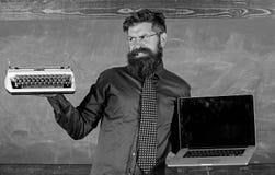 Выберите правый метод обучения Цифров против ретро Современное преимущество технологий Современное вместо устаревшее учитель стоковое изображение rf