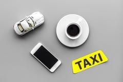 Выберите такси в передвижном применении Серое взгляд сверху предпосылки стоковое фото rf