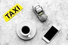 Выберите такси в передвижном применении Серое взгляд сверху предпосылки стоковая фотография rf