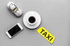 Выберите такси в передвижном применении Серое copyspace взгляд сверху предпосылки стоковая фотография