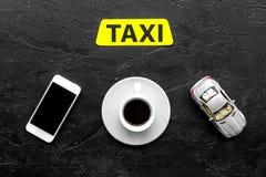 Выберите такси в передвижном применении Черное взгляд сверху предпосылки стоковое фото rf