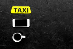 Выберите такси в передвижном применении Черное copyspace взгляд сверху предпосылки стоковые изображения rf