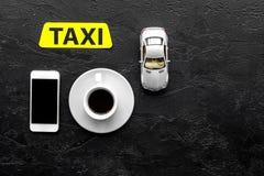Выберите такси в передвижном применении Черное copyspace взгляд сверху предпосылки стоковые фото