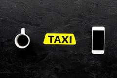 Выберите такси в передвижном применении Черное copyspace взгляд сверху предпосылки стоковое фото rf