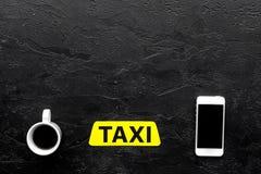 Выберите такси в передвижном применении Черное copyspace взгляд сверху предпосылки стоковые фотографии rf