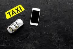 Выберите такси в передвижном применении Черное copyspace взгляд сверху предпосылки стоковая фотография