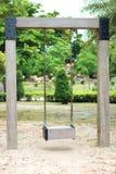 Выберите фокус, деревянное качание в зеленом парке Стоковые Изображения RF