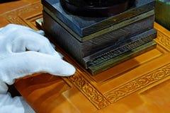 Выбивать tittle книги с горячей штемпелюя машиной стоковая фотография rf